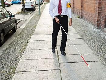 Niewidomy z laską - źródło: http://www.bcu.ac.uk