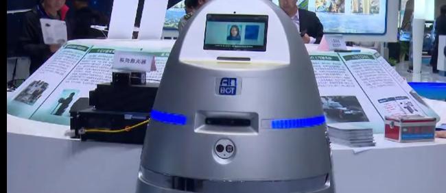Robot-Policjant. Źródło: YouTube/New China TV https://www.youtube.com/watch?v=pFPwrC6Mba8