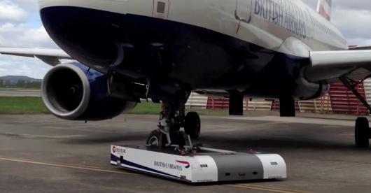 Maszyna odholuje samolot