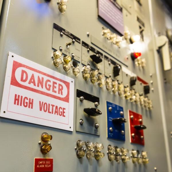 Jak instalować na statku szafy sterownicze, rozdzielnice okrętowe oraz inne urządzenia?